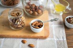 Сортированные гайки: грецкие орехи, миндалины, фундуки и мед Стоковые Фотографии RF
