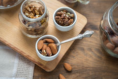 Сортированные гайки: грецкие орехи, миндалины, фундуки и мед Стоковая Фотография