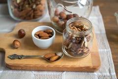 Сортированные гайки: грецкие орехи, миндалины, фундуки и мед Стоковые Фото