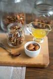 Сортированные гайки: грецкие орехи, миндалины, фундуки и мед Стоковое Изображение