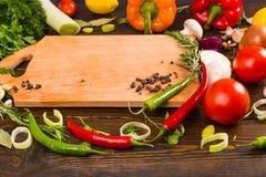 Сортированные горячие перцы и специи на таблице Стоковые Фотографии RF