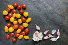 Сортированные красные, темные, желтые и оранжевые малые томаты вишни Стоковое Изображение