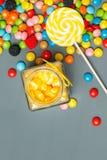 Сортированные красочные конфеты упаденные из опарника Стоковые Изображения RF