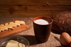 Сортированные молочные продучты доят, сыр, яйца деревенский натюрморт на таблице стоковая фотография rf