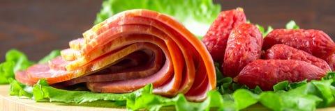 Сортированные мясные продукты включая ветчину и сосиски знамена стоковые фотографии rf