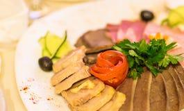 Сортированные мясные продукты включая ветчину и сосиски стоковые изображения