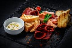 Сортированные мяс гастронома холодные на плите Стоковое Изображение