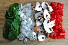 Сортированные овощи на разделочной доске стоковые изображения rf
