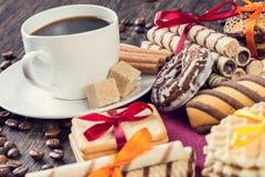 Сортированные печенья и чашка кофе Стоковая Фотография