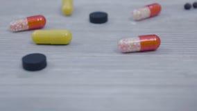 Сортированные пилюльки на деревянном столе Различные пилюльки на таблице Стоковая Фотография RF