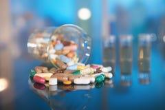 Сортированные пилюльки или капсулы с лекарствами на темном bac конспекта Стоковое Изображение