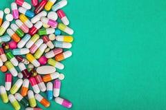 сортированные пилюльки и медицина капсул фармацевтическая Стоковое Изображение