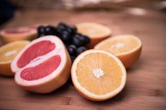 Сортированные плодоовощи на серой предпосылке Стоковое Изображение