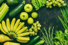Сортированные свежие зеленые и желтые фрукты и овощи на темной предпосылке, взгляд сверху, космосе экземпляра сортированные овощи Стоковые Изображения RF