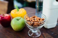 Сортированные свежие овощи, перцы, яблоки, вода и молоко на деревянном столе йога, концепция жизни, здоровая еда еды Стоковое Фото