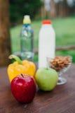 Сортированные свежие овощи, перцы, яблоки, вода и молоко на деревянном столе йога, концепция жизни, здоровая еда еды Стоковая Фотография RF