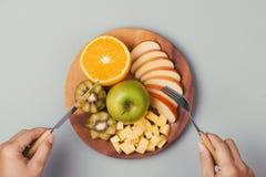 Сортированные свежие фрукты на плите Яблоко, апельсин, киви, ананас, Стоковая Фотография RF
