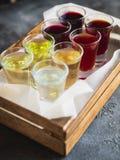 Сортированные спиртные наливки в деревянной коробке Алкогольные напитки в ресторане стоковое фото rf