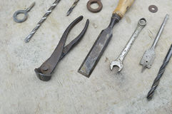 Сортированные старые инструменты работы на деревянном Стоковые Изображения