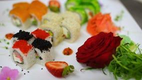 Сортированные суши деликатеса служили с красивым японским гарниром акции видеоматериалы
