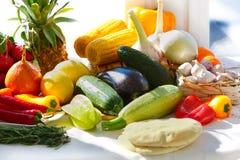 Сортированные фрукты и овощи в ярком солнечном свете стоковое фото rf