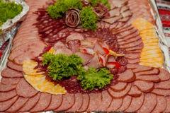Сортированные холодные мяс на плите, мясо отрезали на подносе стоковое изображение
