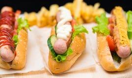 Сортированные хот-доги с различными шлихтами стоковые фотографии rf