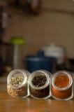 Сортированные чай и кофе в опарниках на таблице Стоковое фото RF