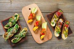 Сортированные bruschettas, изысканные закуски на таблице Стоковая Фотография