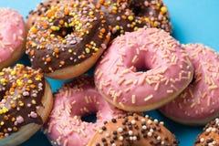 Сортированные donuts на голубой предпосылке Стоковое Изображение