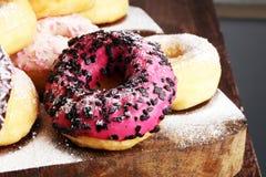 сортированные donuts при замороженный шоколад, украшают дырочками застекленный и брызгают Стоковое фото RF