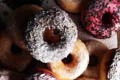 сортированные donuts при замороженный шоколад, украшают дырочками застекленный и брызгают Стоковые Фотографии RF