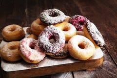 сортированные donuts при замороженный шоколад, украшают дырочками застекленный и брызгают Стоковая Фотография