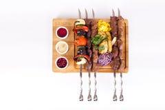 Сортированные kebabs на предпосылке доски белой, еде Стоковые Фото