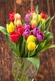 Сортированный букет тюльпанов Сгорели деревянная предпосылка скопируйте космос Стоковое Изображение