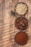 Сортированный кофе Зеленый сырцовый кофе, земной кофе, кофейные зерна Взгляд сверху Стоковые Изображения