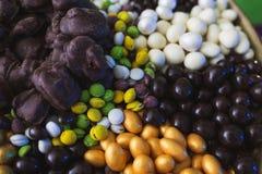 Сортированный от разнообразие различных помадок в поливе белого и темного шоколада, в поливе сахара Стоковая Фотография RF