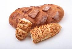 Сортированный свежий домодельный хлеб на белой предпосылке Селективный фокус Стоковые Фотографии RF