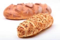 Сортированный свежий домодельный хлеб на белой предпосылке Селективный фокус Стоковое фото RF