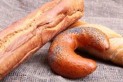 Сортированный свежий домодельный хлеб на сплетенной дерюгой предпосылке текстуры Селективный фокус Стоковая Фотография