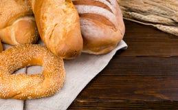 Сортированный свежий покрытый коркой хлеб от хлебопекарни Стоковое Фото
