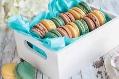 Сортированный француз Macarons в коробке стоковые изображения rf