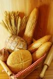 Сортированный хлеб на корзине Стоковая Фотография RF