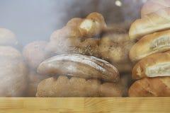 Сортированный хлеб в окне магазина Стоковое фото RF