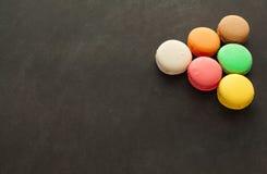 Сортированный macaroons на доске Стоковое Изображение