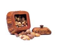 сортированный wicker корзины предпосылки nuts белый Стоковая Фотография RF