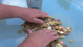 Сортировать монетки с вашими руками чеканит евро видеоматериал