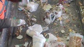 Сортировать отброса на транспортере завода утилизации отходов, Россия видеоматериал