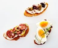 3 сортировали свежие канапе на провозглашанном тост багете Стоковые Фото