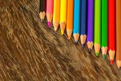 Сортируйте crayons справляясь поверхности, яркие цвета, красный цвет, желтый цвет, blac Стоковые Изображения